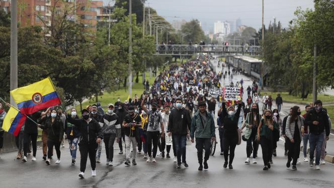 Manifestation d'étudiants universitaires contre le projet de réforme fiscale, lundi 3 mai, à Bogota.