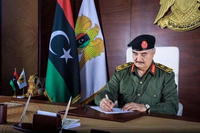 Le commandant en chef de l'Armée nationale libyenne (ANL),Khalifa Haftar, à son bureau à Benghazi, en Libye, dans une photo publiée en septembre 2020 par le service presse de l'ANL.