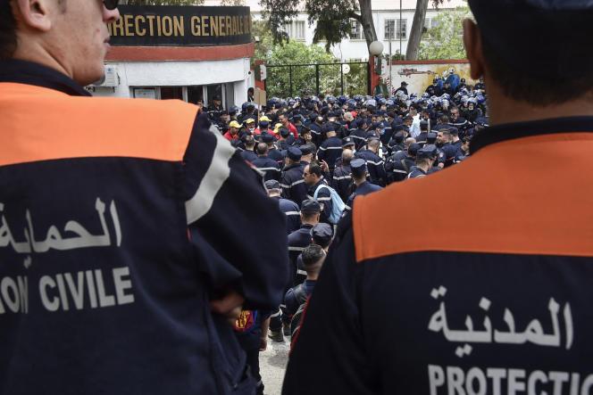 Des membres de la Protection civile algérienne se rassemblent devant le siège de leur institution à Alger, le 2 mai 2021, pour protester contre leurs conditions de travail.