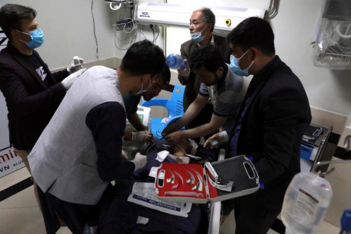 Un écolier est soigné dans un hôpital de Kaboul, en Afghanistan, samedi 8mai 2021. Une bombe a explosé près d'une école dans l'ouest de la capitale, tuant de nombreuses personnes, dont des élèves, a déclaré un porte-parole du gouvernement afghan. (AP Photo/Rahmat Gul)