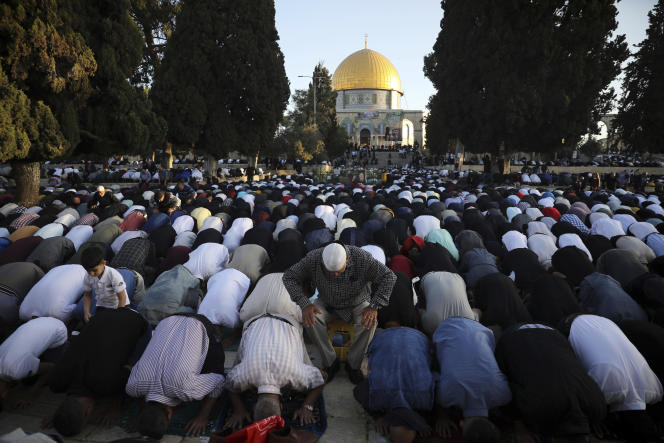 Musulmans en prière lors de l'Aïd-el-Fitr, avec le dôme du Rocher en arrière-plan, Jérusalem, 13 mai 2021.