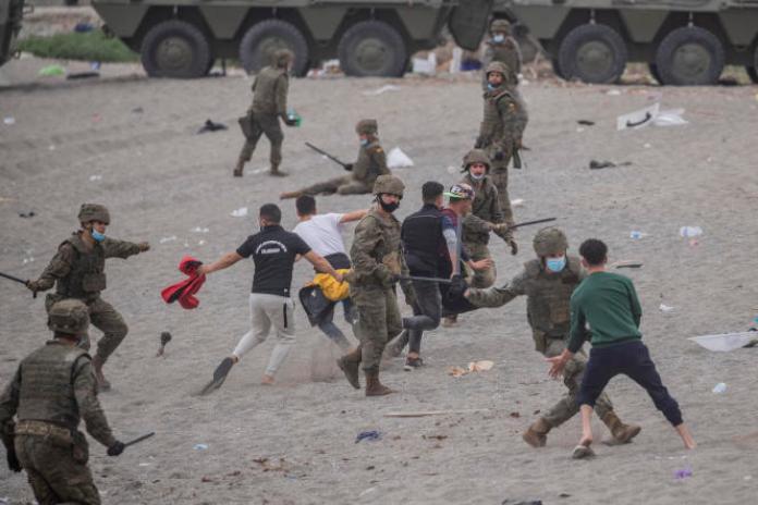 Des soldats espagnols essayent d'intercepter des migrants à Ceuta, près de la frontière avec le Maroc, le 18mai 2021.