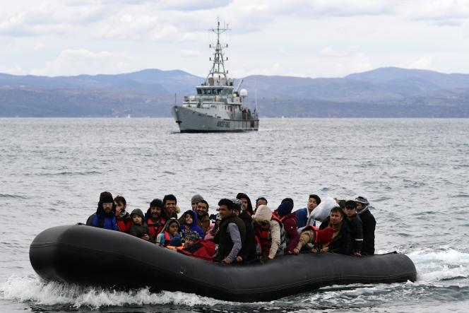 Un bateau de migrants escorté par un bateau de Frontex, l'Agence européenne de garde-frontières et de garde-côtes, arrive sur l'île grecque de Lesbos, le 28 février 2021.