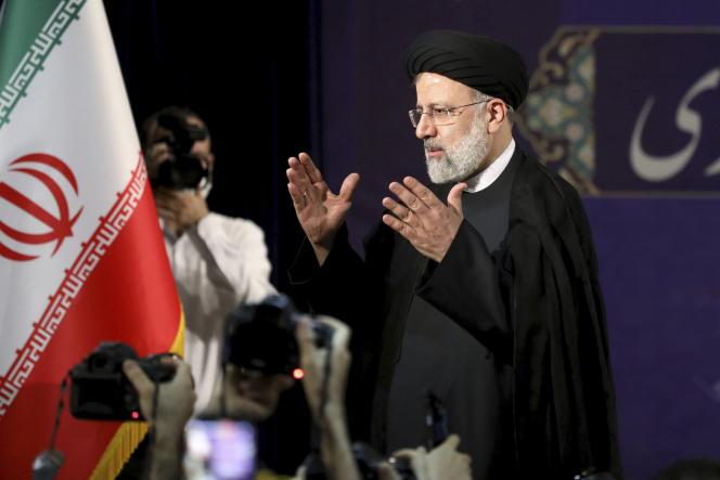 Le chef du pouvoir judiciaire Ebrahim Raïssi, après avoir enregistré sa candidature à l'élection présidentielle du 18 juin, à Téhéran, le 15 mai.
