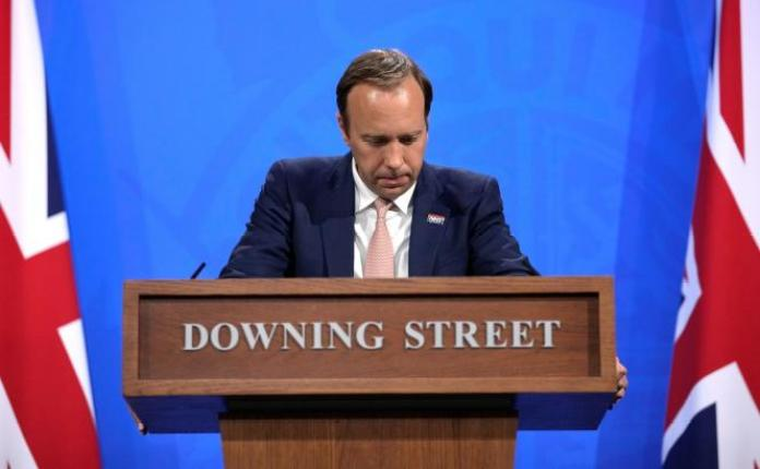 Le secrétaire à la santé britannique, Matt Hancock, tient une conférence de presse sur le coronavirus à Londres, le 27 mai.
