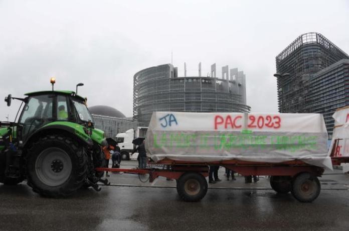 Mouvement de protestation contre la PAC 2023 devant le Parlement européen de Strasbourg.