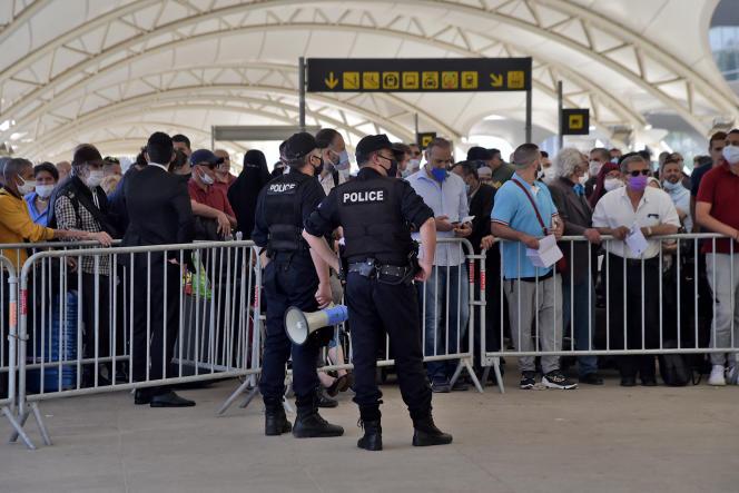 Des passagers attendent d'embarquer sur un vol de rapatriement depuis Alger vers la France, le 27 mai 2020.