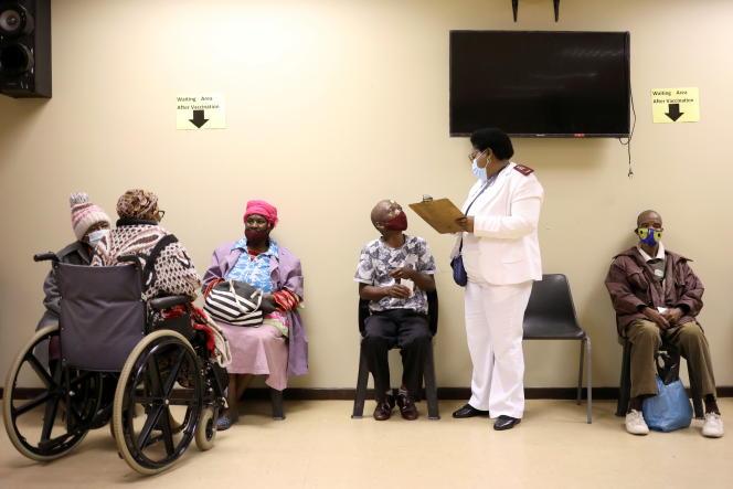 Des personnes âgées attendent d'être vaccinées contre le Covid-19 à Munsieville, à l'ouest de Johannesburg, le 17 mai 2021.