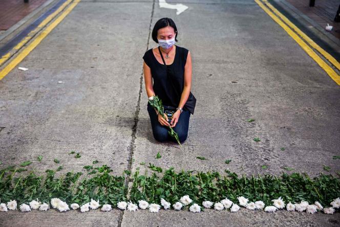 Une artiste participe à une performance dans le quartier de Causeway Bay, à Hongkong, le 3 juin 2021, en hommage aux victimes de la répression meurtrière de la place Tiananmen, à Pékin, au printemps 1989.