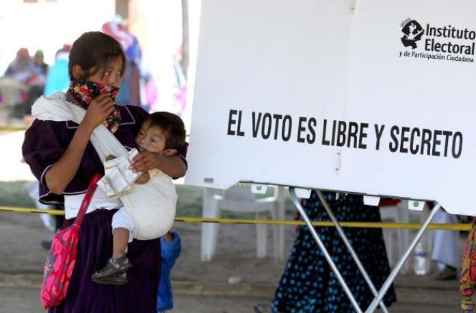 Une femme indigène Wixarika, dans un bureau de vote dans la communauté de Mezquitic, dans l'Etat de Jalisco, au Mexique, le 6 juin 2021.
