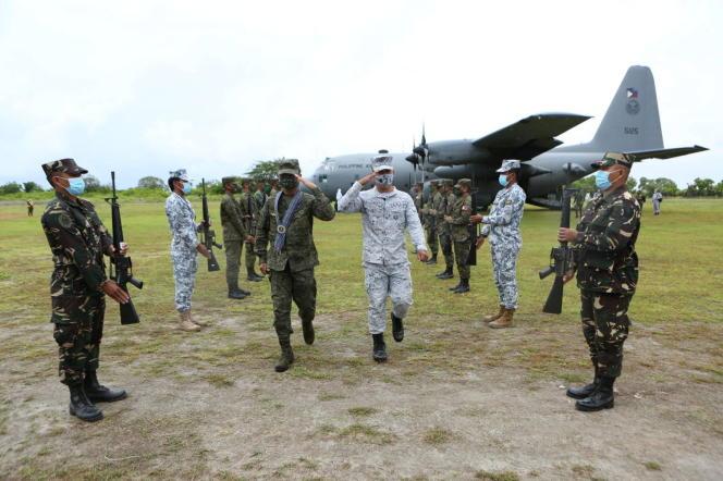 Le chef des forces arméesdes Philippines, le général Cirilito Sobejana (au centre, habillé en vert), le 7 juin 2021.