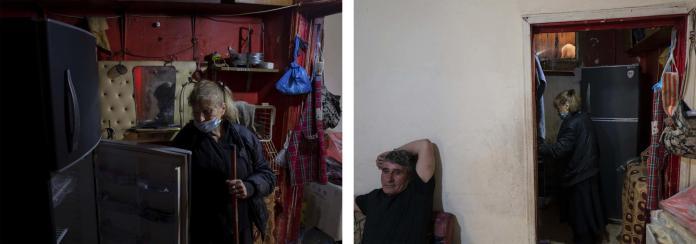 Elham Lakis, 71 ans, vit à Nabaa, une banlieue pauvre à l'est de Beyrouth, au Liban. Son frère, Baha (à gauche), lui rend visite, le 26 avril 2021.