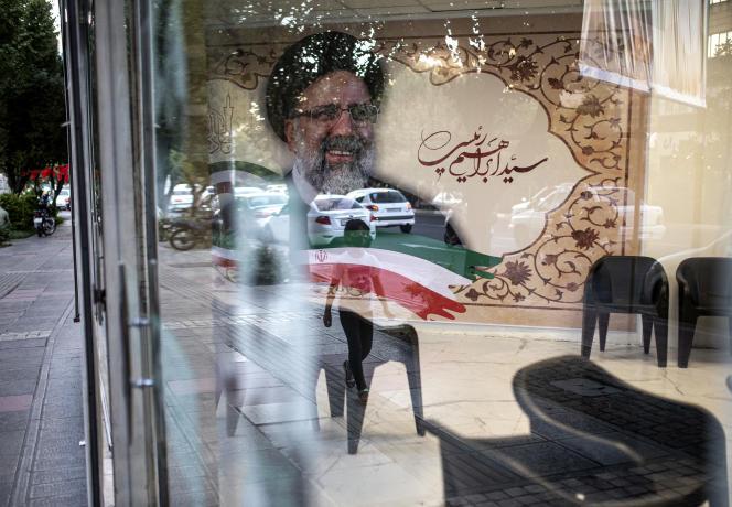 Une affiche du candidat conservateur à l'élection présidentielle iranienne, Ebrahim Raïssi, mardi 15 juin, à Téhéran.