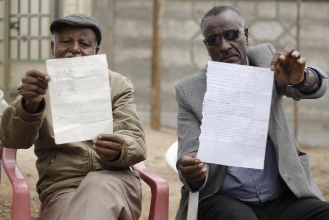 Des leaders communautaires montrent des listes de personnes incarcérées par le gouvernement, à Nekemte, dans l'ouest de l'Oromia, le 26 février 2020.