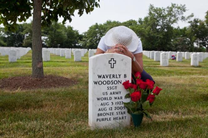 Joann Woodson, sur la tombe de son mari, Waverly B.Woodson Jr. (3 août 1922-12août 2005),au cimetière militaire d'Arlington, en Virginie.
