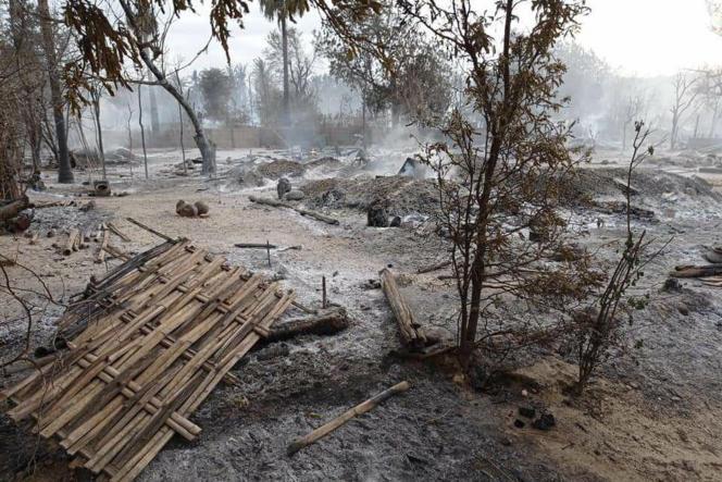 Le village de Kinma, près de Pauk, dans la région de Magwe (ouest de la Birmanie), incendié la veille par les militaires, le 16 juin 2021.