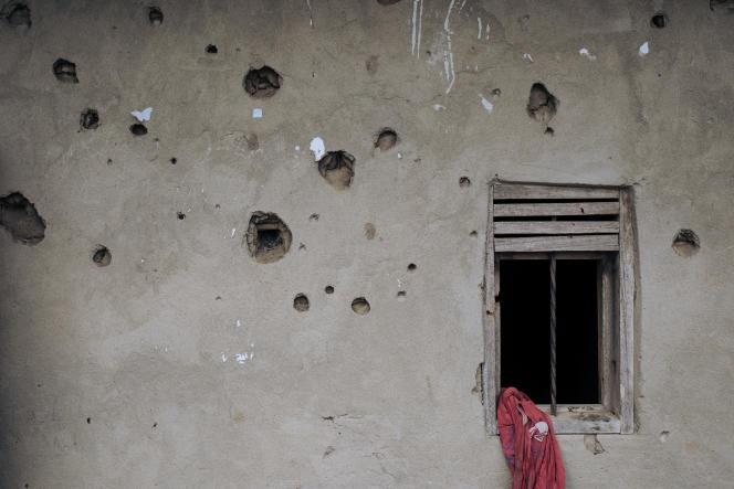 Un mur criblé de balles dans le village de Nzenga, attaqué à plusieurs reprises par les Forces démocratiques alliées, dans le nord-est de la RDC, le 24mai 2021.
