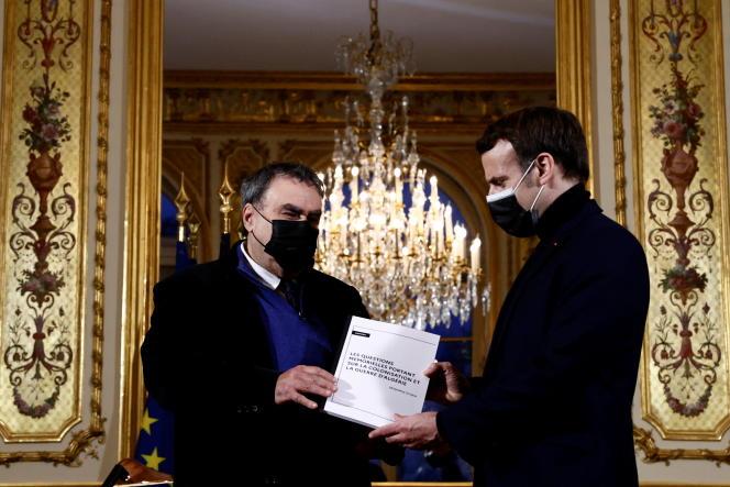 L'historien Benjamin Stora (à gauche) remet son rapport sur les questions mémorielles portant sur la colonisation et la guerre d'Algérie à Emmanuel Macron, au palais de l'Elysée, le 20 janvier 2021.