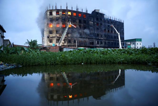 Au lendemain matin de l'incendie de l'usine d'Hashem Foods, vendredi 9 juillet, les flammes n'étaient toujours pas contenues.