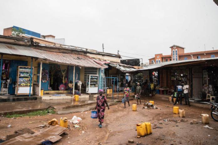 Konyo Konyo signifie « encombré » ou « mêlé » en arabe de Juba. C'est le marché principal de Juba, où des milliers d'habitants achètent leurs provisions quotidiennes de nourriture, vêtements, ustensiles de cuisine et bien d'autres articles dans une atmosphère bruyante et agitée.