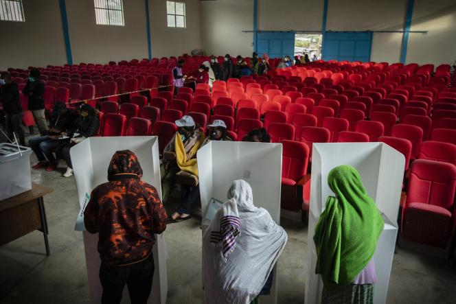 Des Ethiopiens votent lors des élections générales à Addis-Abeba, le 21 juin 2021.