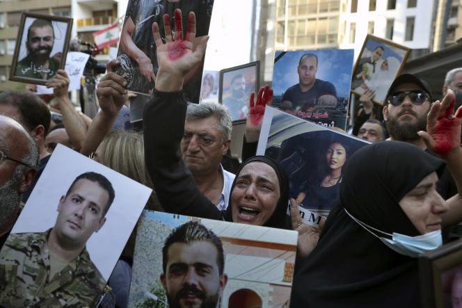 Des proches de victimes de l'explosion manifestent devant l'entrée du domicile du ministre de l'intérieur par intérim, le 13 juillet 2021 à Beyrouth.