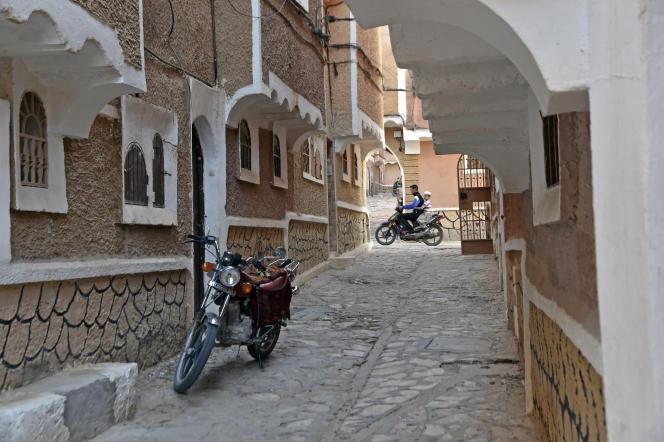 Une moto dans une rue de Ksar Tafilelt en Algérie, en novembre 2017.