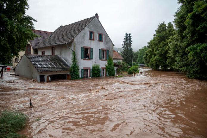 Des maisons submergées sur les rives de la rivière à Erdorf, en Allemagne, jeudi 15juillet 2021.