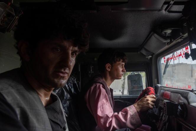 Ahmad Shah, un policier afghan de 28 ans, est assis dans un véhicule blindé de police après avoir été secouru par les forces spéciales afghanes, dans la province de Kandahar, le 13 juillet 2021.