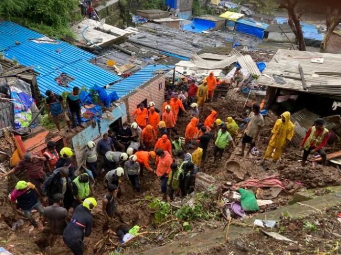 Les secours recherchent des survivants après l'effondrement d'un mur sur des maisons, à Bombay, en Inde, le 18 juillet 2021.