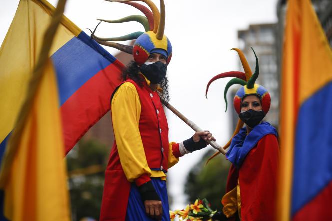 Des personnes vêtues de couleurs nationales, lors de la manifestation antigouvernementale à Bogota, en Colombie, le 20juillet 2021.