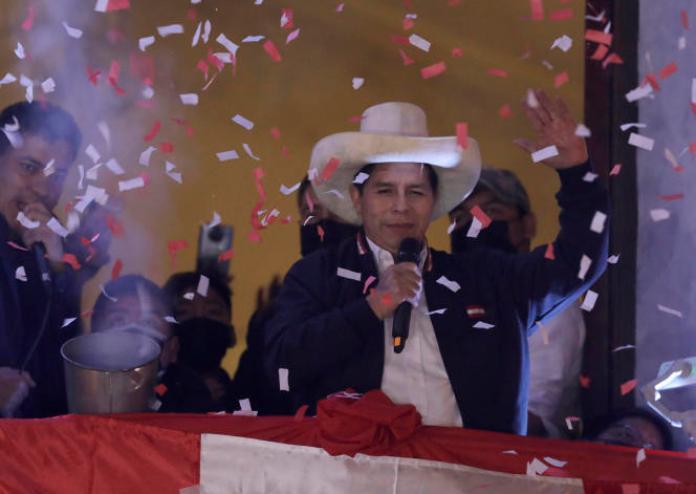 Pedro Castillo salue ses partisans après que les autorités électorales l'ont déclaré président élu lors des célébrations au siège de campagne de son parti, à Lima, au Pérou, le 19 juillet 2021.