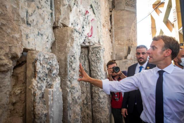 Emmanuel Macron visite la mosquée Al-Nouri en cours de réhabilitation à Mossoul,le 29 août 2021.