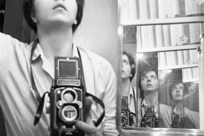 Autoportrait de Vivian Maier,Chicago, 1956, tirage argentique de 2014.