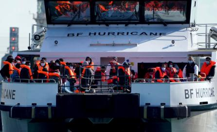 Des migrants sont conduits à Douvres sur un bateau de la Border Force britannique après avoir été secourus sur la Manche, vendredi 8octobre 2021.