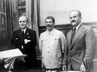 Йоахим фон Риббентроп, Иосиф Сталин и Вячеслав Молотов после подписания пакта. Фото из архива ©AFP