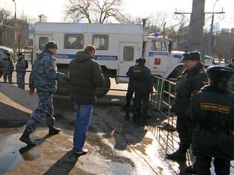 """Милиция на """"Дне гнева"""" в Москве в марте 2009 года. Фото Александра Котомина, Lenta.Ru"""