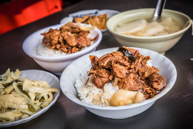 [台中美食]阿彬爌肉飯/台中第五市場超人氣爌肉飯,爌肉軟嫩超級入味,來晚吃不到啦