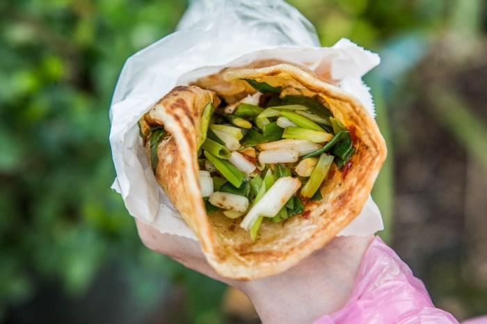 宜蘭美食 》羅家蔥捲餅,大把包進滿滿蔥段,三星蔥就是塞爆!蔥汁狂流爽度一流