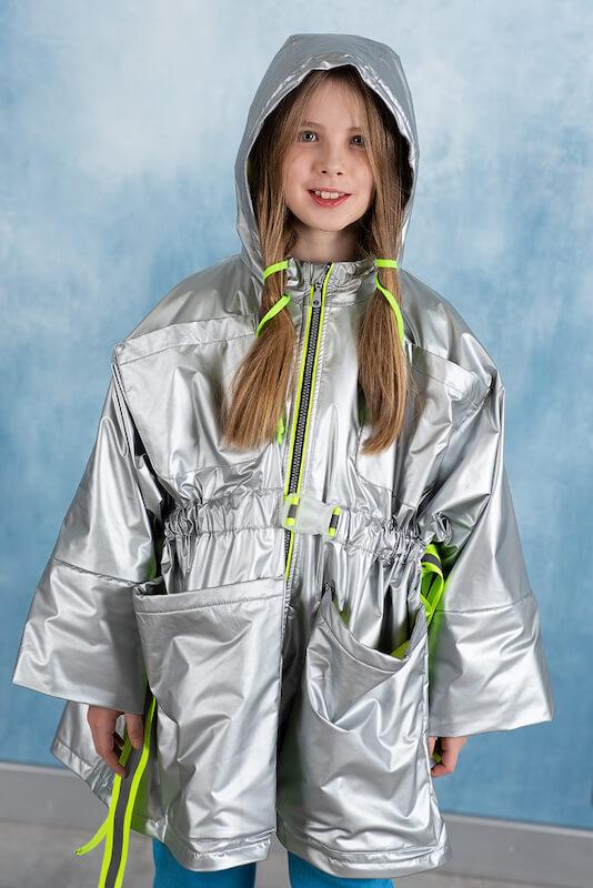 Серебристая ветровка для девочки