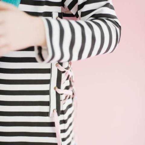 Платье-туника в черно-белую полоску с разноцветной шнуровкой на девочку