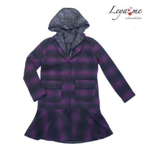 Пальто на девочку с оборкой и съемным капюшоном