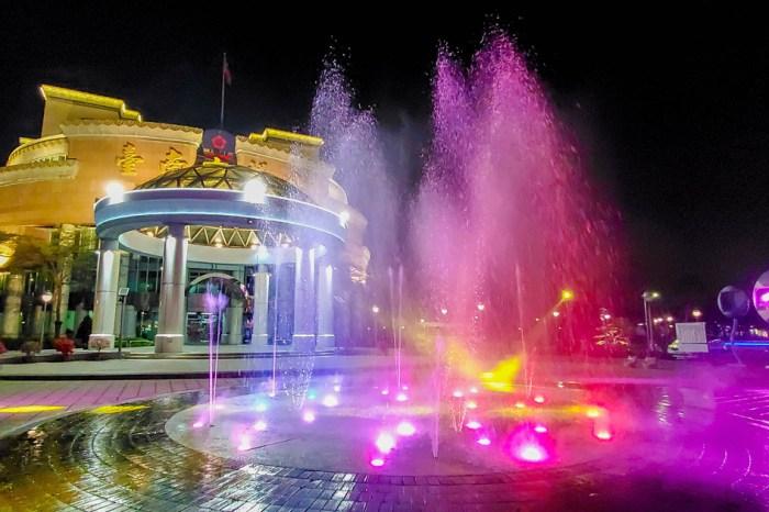 【臺南景點】在台南市區也可以欣賞水舞秀 白天是小孩的玩水池 晚上搭配燈光變成亮麗的水舞秀~台南市議會廣場水舞