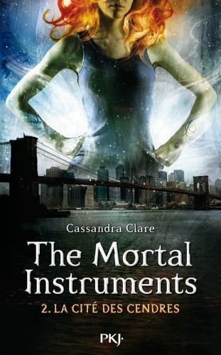 Couverture La Cité des Ténèbres, tome 2 : L'Épée mortelle / The Mortal Instruments, tome 2 : La Cité des Cendres