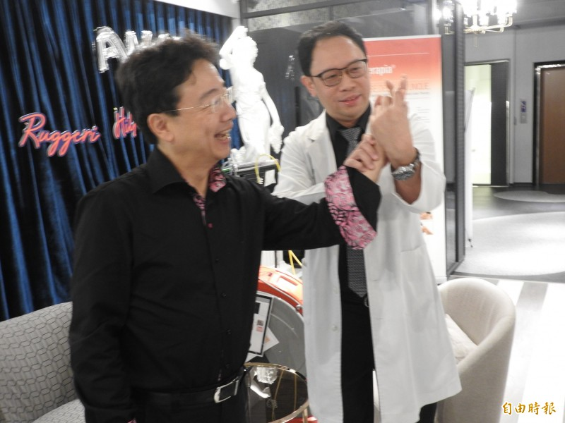 大提琴家手腕骨折手指腫 高能量雷射治療後獲新生 - 即時新聞 - 自由健康網