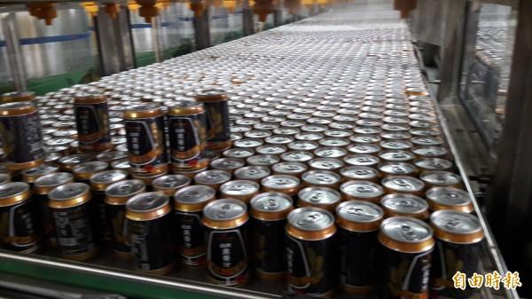 新竹市在地已10年的精釀啤酒纖碧爾已成為各大pub店客製作的啤酒,市長林智堅說這是在地業者打響名號的成功案例,未來業者還要成立觀光啤酒工廠,也將成為竹市在地觀光特色。(記者洪美秀攝)