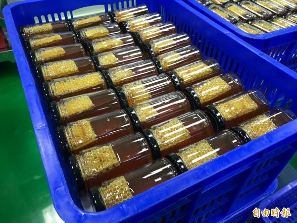 黃俊彥自家生產的蜂蜜。(記者林敬倫攝)