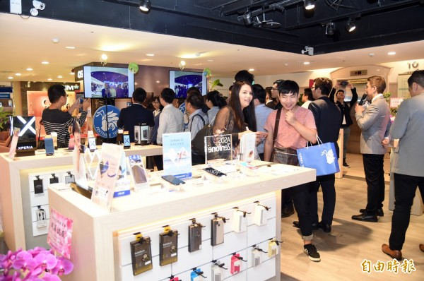 高雄SOGO百貨引進全台第一家AI智慧門市「ANTNEX螞蟻互動」,提供最完整的安卓陣營智慧型手機複合式品牌,並導入手機市場前10大品牌。(記者張忠義攝)