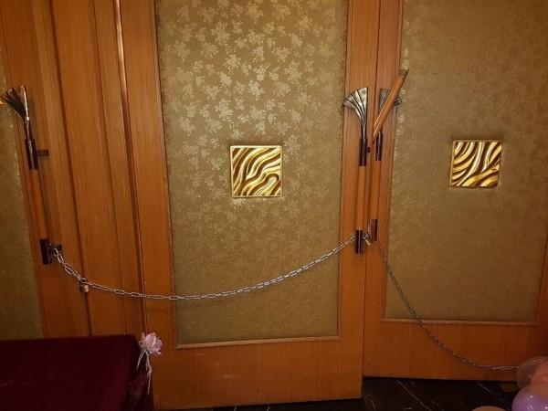 地下室餐廳門口遭人以鐵鍊上鎖,龔男、林男拆開鐵鍊,開門進入餐廳,發現郭嫌手持菜刀揮砍。(記者方志賢翻攝)