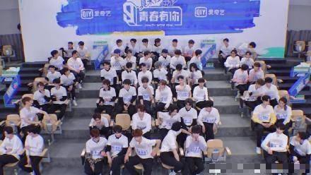 中國選秀節目《青春有你3》的參賽學員們身穿贊助商Adidas提供的運動褲、上衣以及經典貝殼鞋,全都經由後製打上了厚重的馬賽克。(圖取自微博)